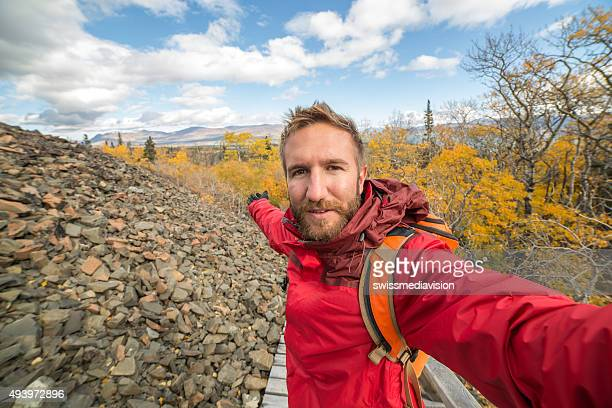 Mann nehmen selfie-Porträt auf der mountain trail