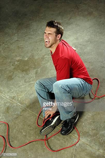 Mann Stolpern über Kabel