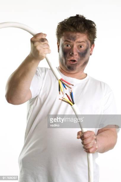 Mann versuchen Sie, sich zwei Kabel.