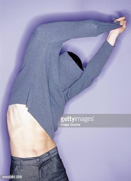 Homme essayer des vêtements