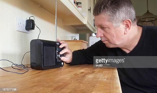 Mann drehen knob auf dem DAB-radio