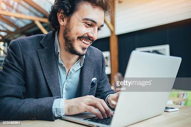 Mann, die Eingabe über einen laptop