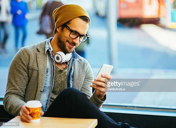 Uomo scrivendo un messaggio di testo