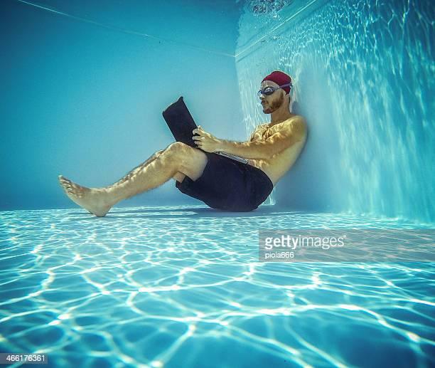 Hombre usando una computadora portátil, sumergible