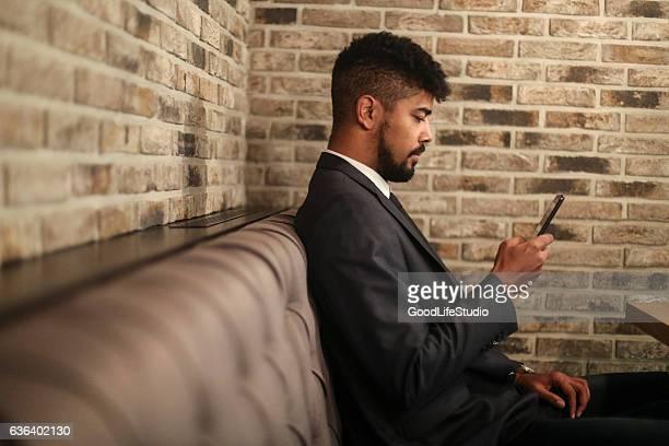 Uomo utilizzando il telefono