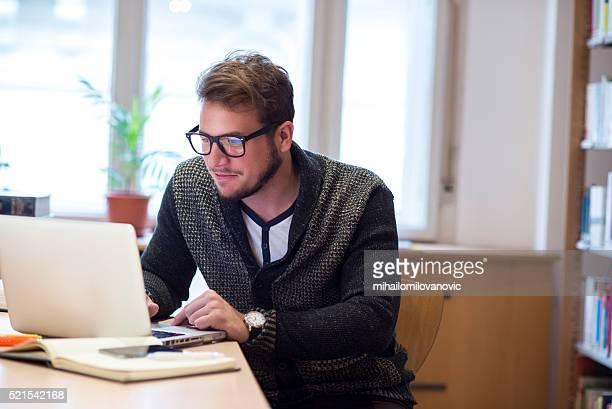 Uomo utilizzando un computer portatile