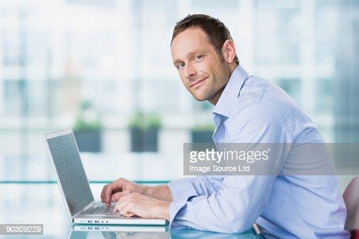 Mann mit laptop : Stock-Foto