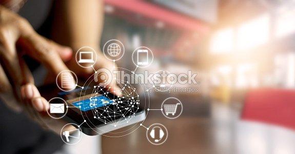 Homem compras online usando os pagamentos m veis e o cone for Compra online mobili