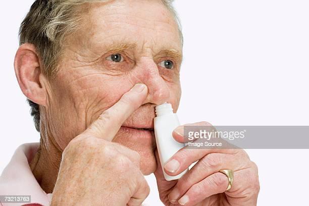 Mann mit Nasenspray