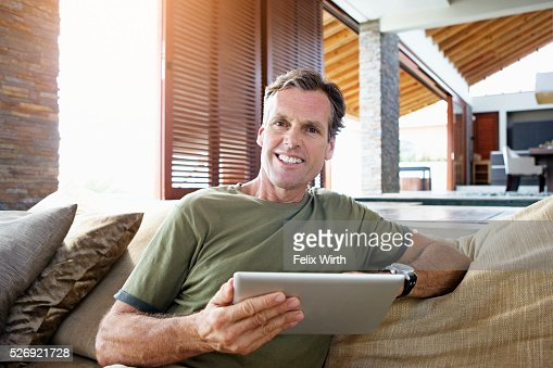 Man using tablet pc at home : Stock-Foto