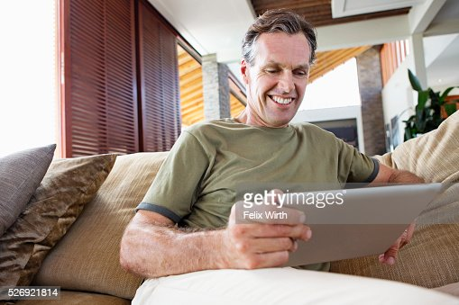 Man using tablet pc at home : Stockfoto