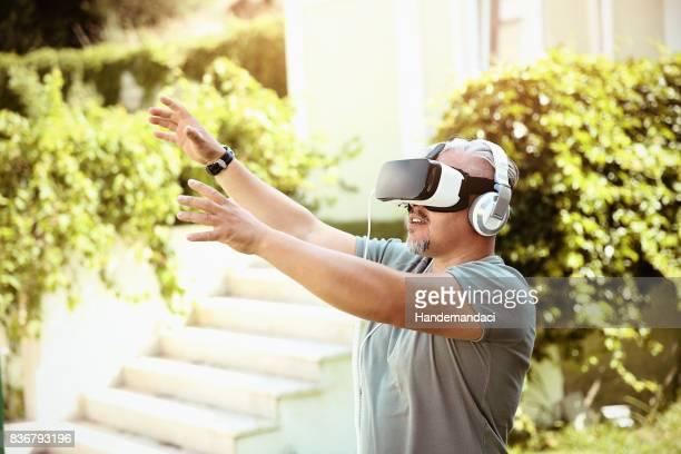 Mann mit virtual-Reality-Simulator-Kopfhörer