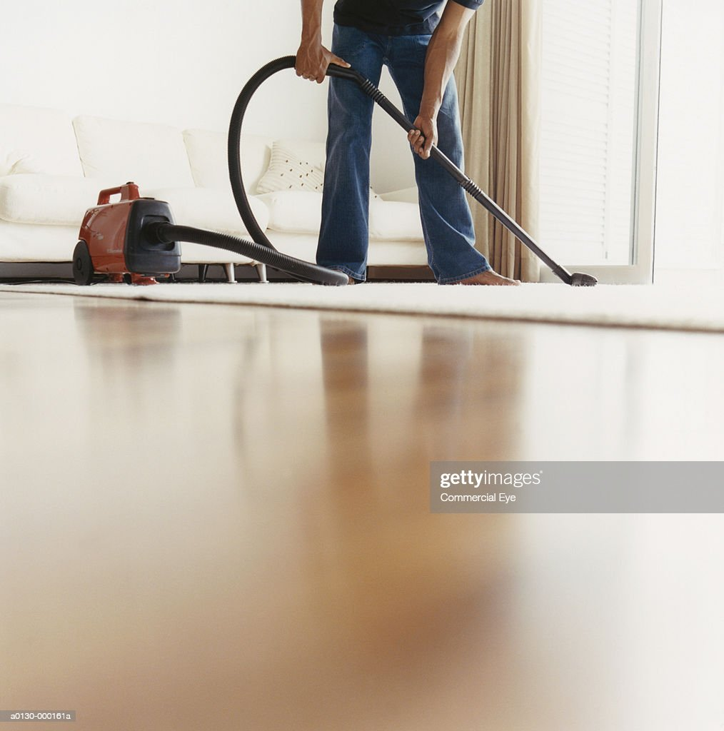 Man Vacuuming Living Room : Foto stock