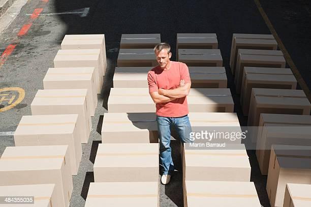 Homme affichage lignes de boîtes de la route