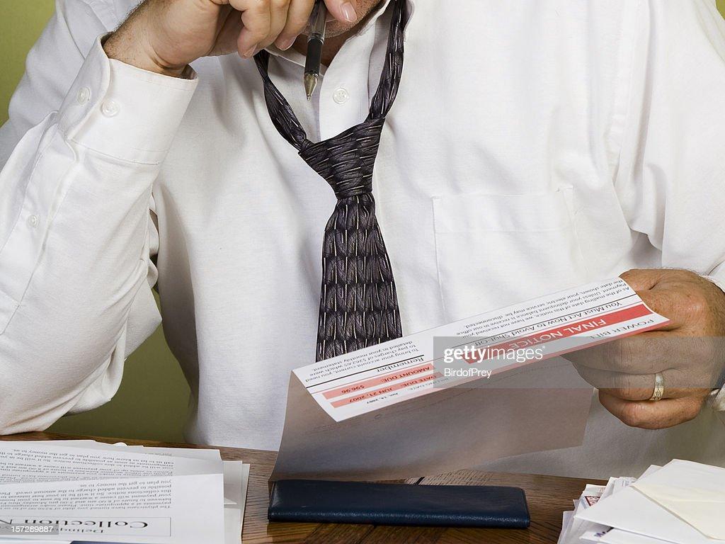 Homme affichage Power facture finale préavis, des problèmes financiers. : Photo