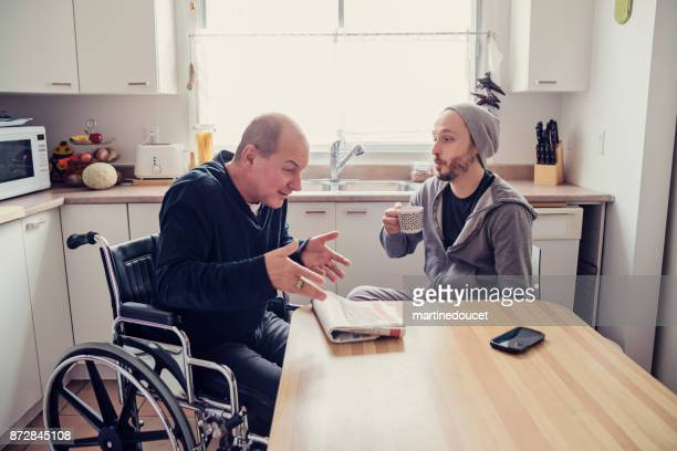 Man een bezoek aan een tijdelijke handicap vriend en een kop koffie.