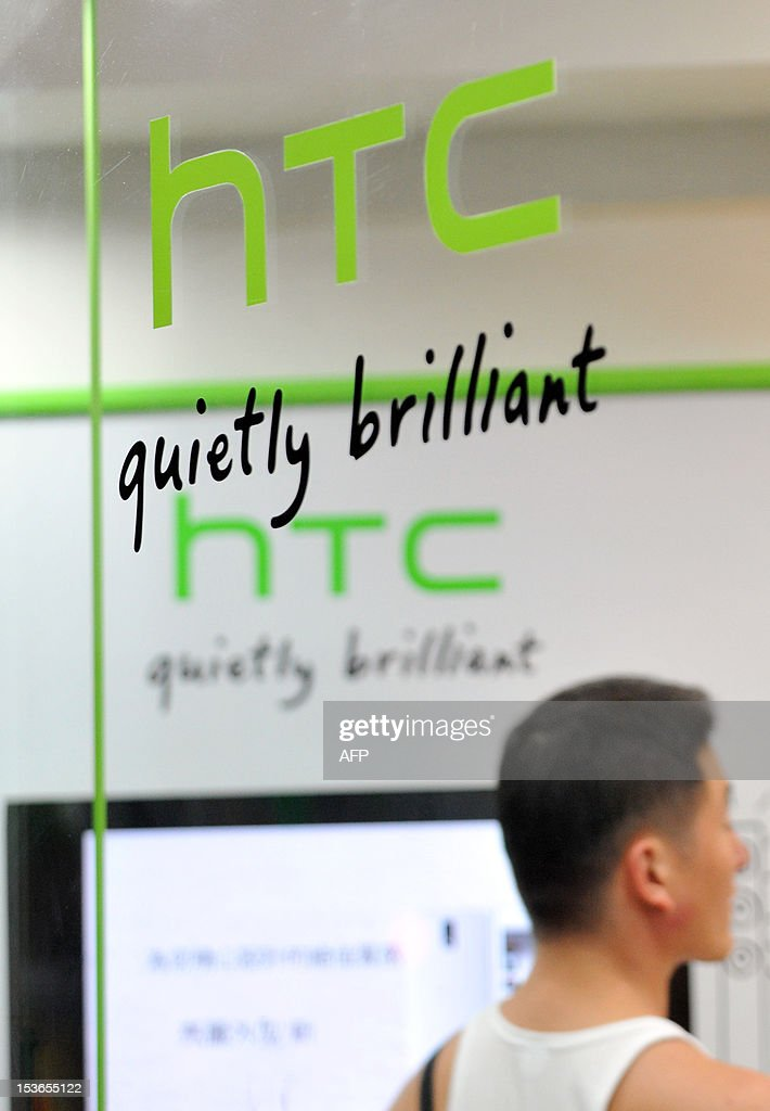 A man visits a HTC store in the Younghe district of New Taipei City on October 8, 2012. Taiwan's leading smartphone maker HTC said on October 8 its net profit in the three months to September tumbled 79.1 percent year on year as it faces stiffer competition from rivals like Apple and Samsung. AFP PHOTO / Mandy CHENG