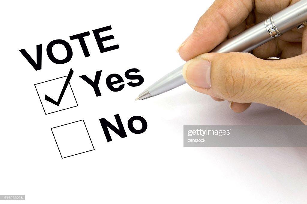 Man Voting yes check-box : Foto de stock