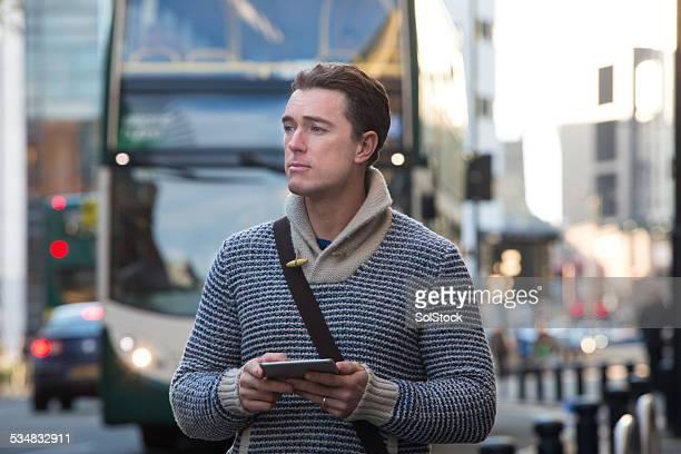 Homme en attente à l'arrêt de Bus