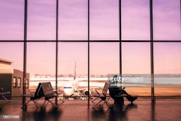 Homme en attente d'un vol à l'aéroport