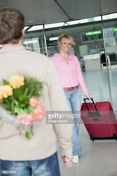 Mann wartet eine Frau am Flughafen