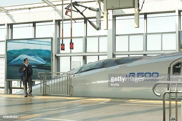 Man ウェイティング、新幹線、京都駅で、日本