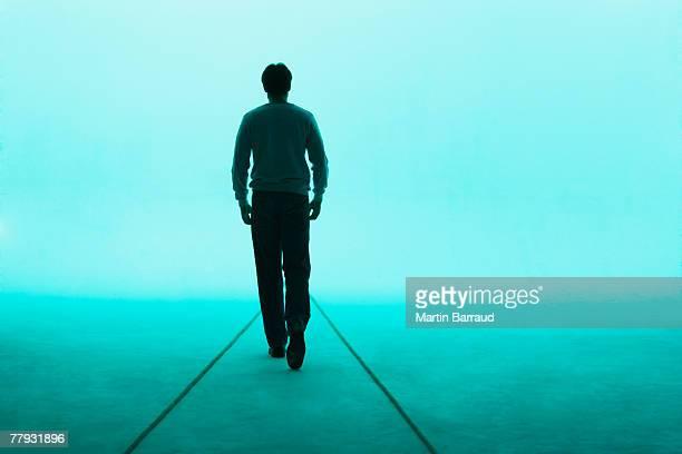 Homme marchant loin