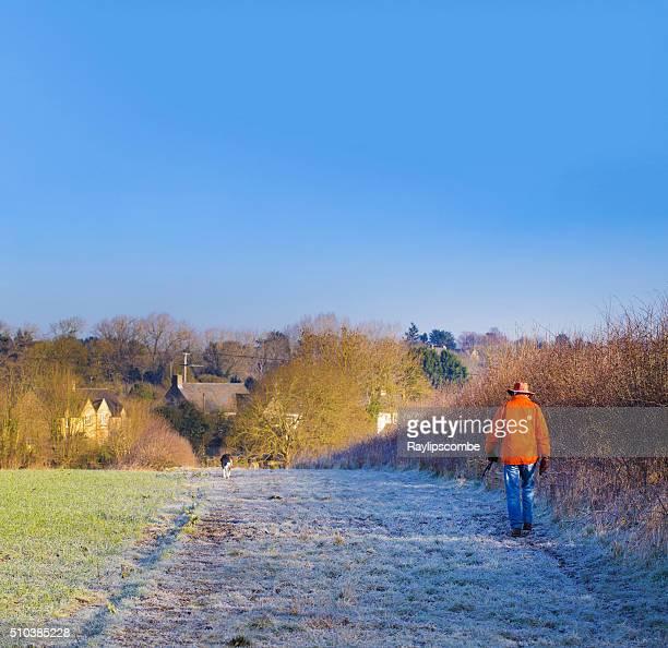 Uomo camminare il suo cane su una mattina gelido