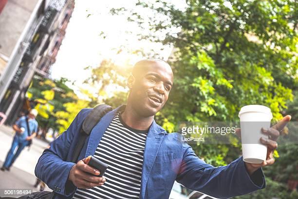 Uomo a piedi a New York per il pendolarismo al mattino