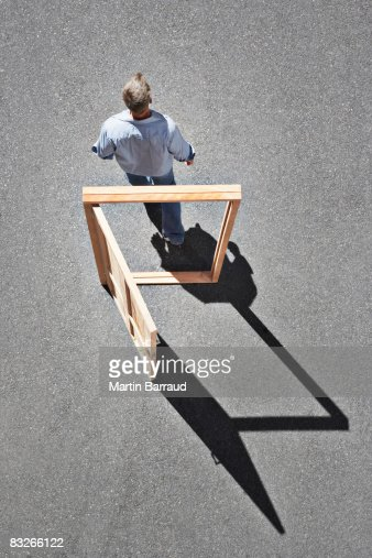Man walking through door frame : Stockfoto