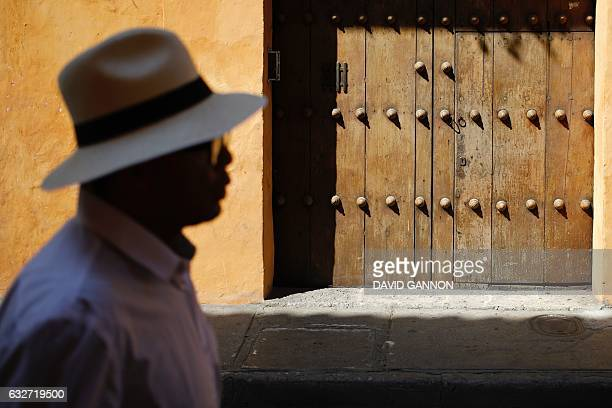 A man walks along a street of Cartagena Colombia on January 25 2017 / AFP / David GANNON