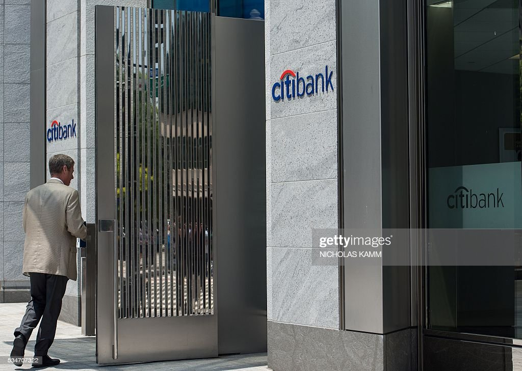 A man walks into a Citibank branch in Washington, DC, on May 27, 2016. Citigroup and affiliates were fined USD 425 million over charges they attempted to manipulate Libor and other leading financial benchmarks, US regulators announced. / AFP / Nicholas Kamm