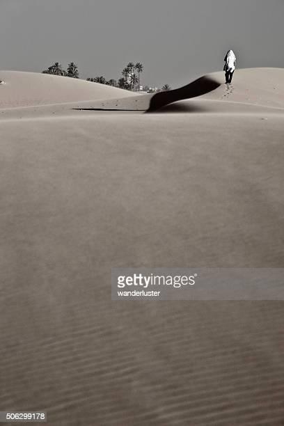 Uomo cammina sulle dune di sabbia nel deserto del Sahara