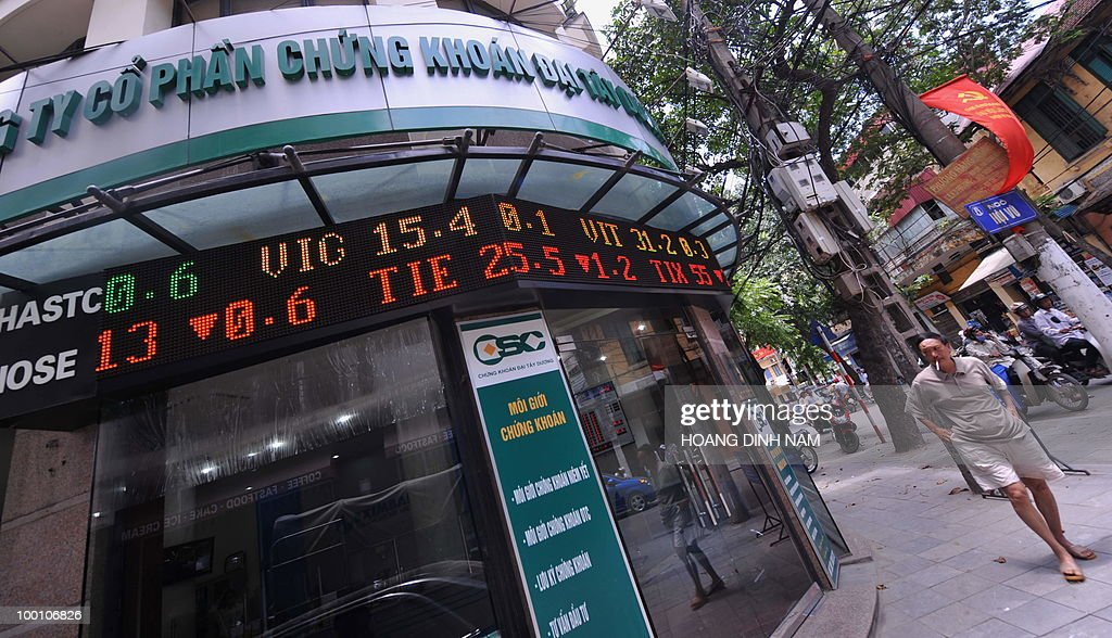 A man walks past a local securities trading company in downtown Hanoi on May 21, 2010. The biggest drop in more than a year on Wall Street triggered fresh turmoil in Asian markets on May 21, amid heightened anxiety over the eurozone debt crisis and doubts over the strength of the US economy. Vietnam's stocks plunged 4.11 percent keeping its falling trend for weeks. AFP PHOTO/HOANG DINH Nam