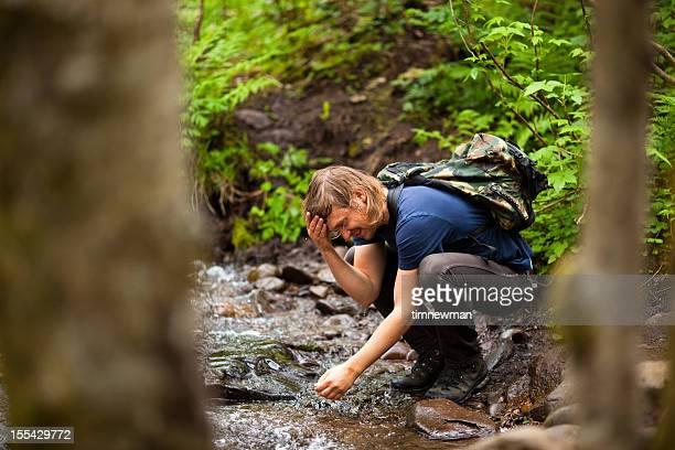 男性の顔を洗うの小川