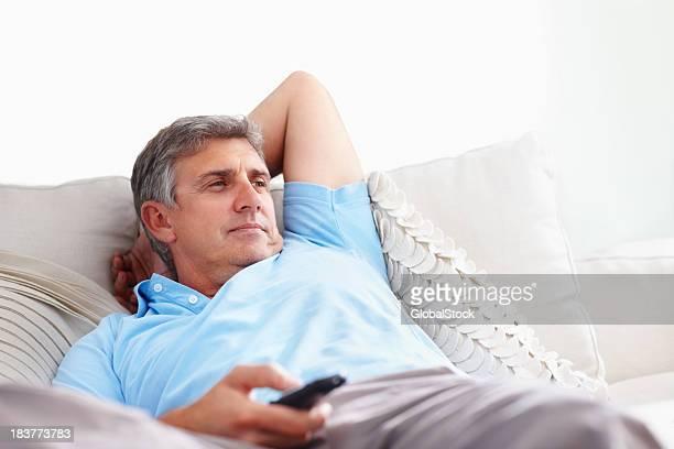 Homme regarder la télévision