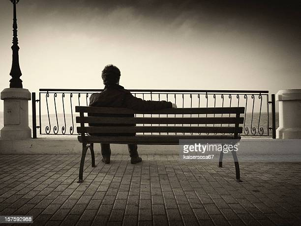 Homme regardant l'eau sur un banc de musculation