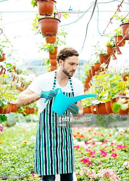 Mann gießen Blumen.