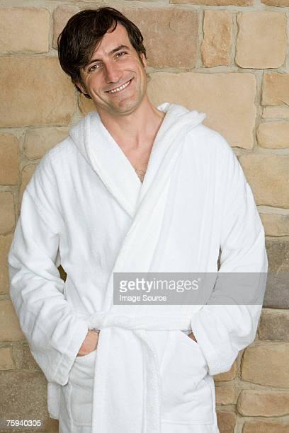 Homme vêtu d'un peignoir