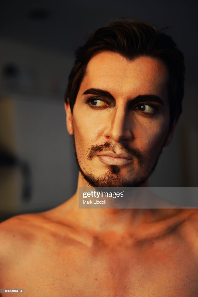 Man wearing dramatic makeup to look like a statue : Stock Photo
