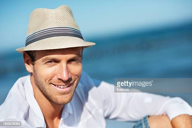 Mann mit Hut im fedora-Stil am Strand