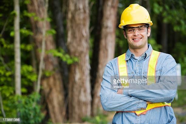 Mann mit Schutzhelm und Sicherheit Weste