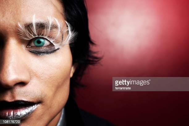 Uomo con Make-up e piume di ciglia
