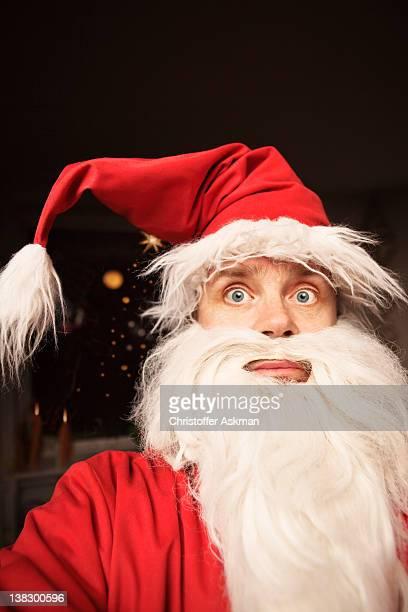 Uomo che indossa un abito di Babbo Natale