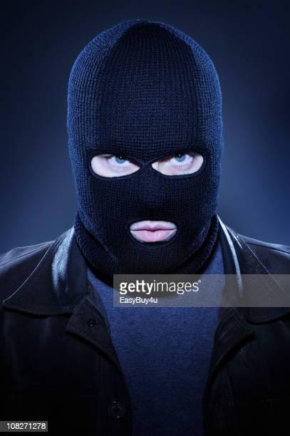 Homme portant un masque de Ski et Regarder fixement
