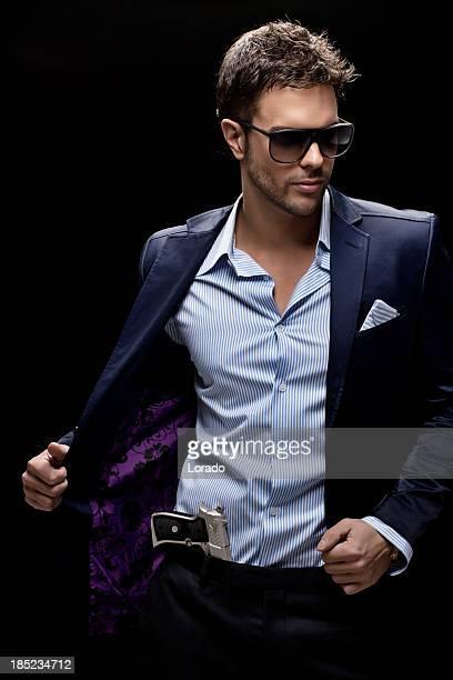 Mann mit Sonnenbrille zeigt gun