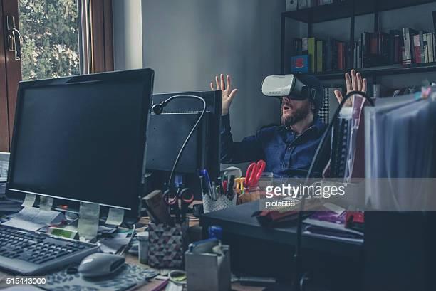 Réalité virtuelle homme portant casque dans le bureau