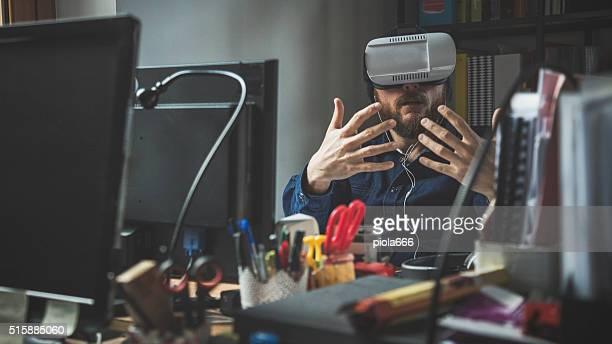 Mann mit virtuellen reality-headset im Büro