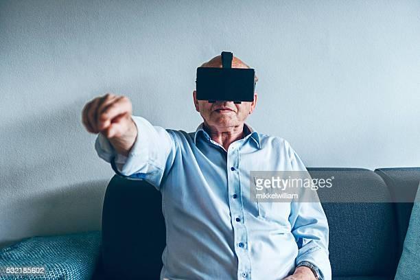 Mann trägt VR Brille und Punkte in der Luft