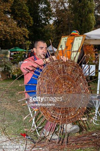Man weaving a wicker basket : Foto de stock
